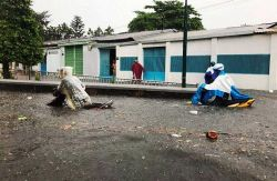 Đường Sài Gòn ngập lút yên xe máy trong cơn mưa trái mùa