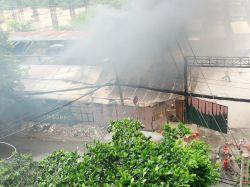 Lửa cháy lớn đỏ rực gần bãi xe Sân bay Tân Sơn Nhất, 3 ô tô thiêu rụi